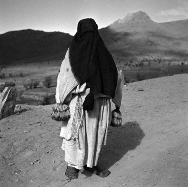 Anti-Atlas: Femme des Ait Abdellah portant le haïk de laine