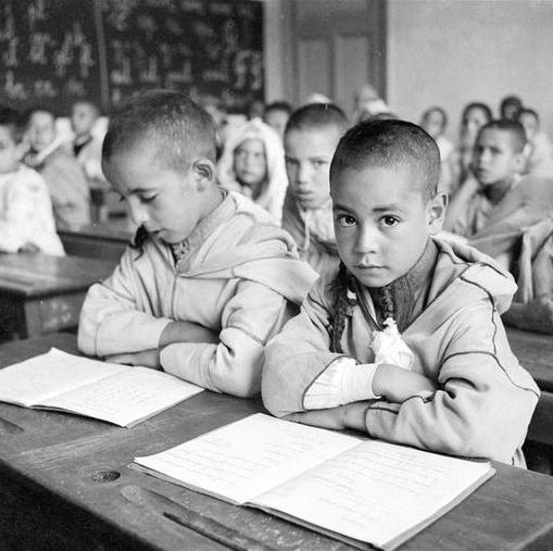 Azrou: jeunes garçons à l'école