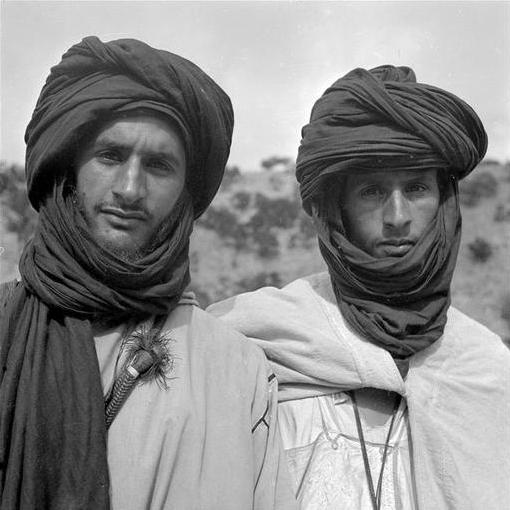 Bani: Deux sahariens des Aït Atta prêts pour le voyage, le visage découvert. 34-39