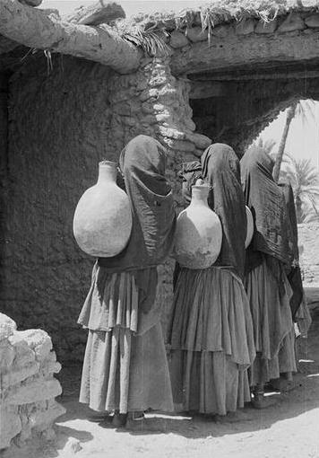 Bani-Tissint/ Femmes hartania à l'entrée de leur village de retour de la corvée d'eau portant leur cruche au creux des reins. 34-39