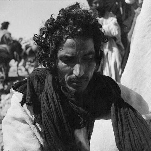 Goulimine: Homme des Reguibat portant le chèche enroulé autour du cou.