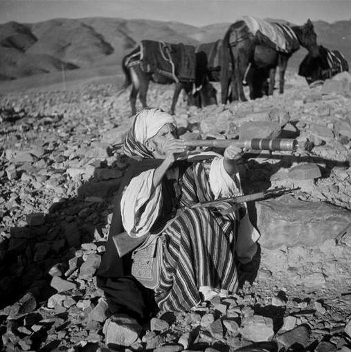 Ktaoua-Vallée du Draa: Le caïd des Aït Isfoul muni de son arme et sa longue vue.