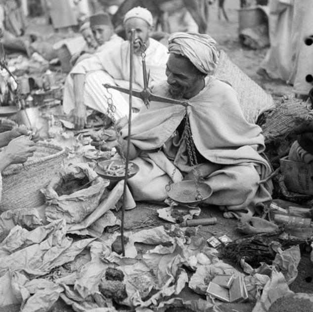 Marrakech/ Marchands de pharmacopée traditionnelle dans le souk de Marrakech. Ils portent le turban rezza