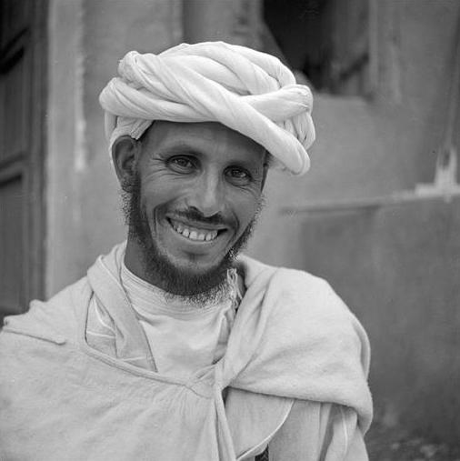 Moyen Atlas central - Moyen Atlas - Ouaouizert: Portrait d'un berbère Aït Atta n'Oumalou portant le turban blanc, rezza, la chemise à col traditionnel et le selham de laine blanche.