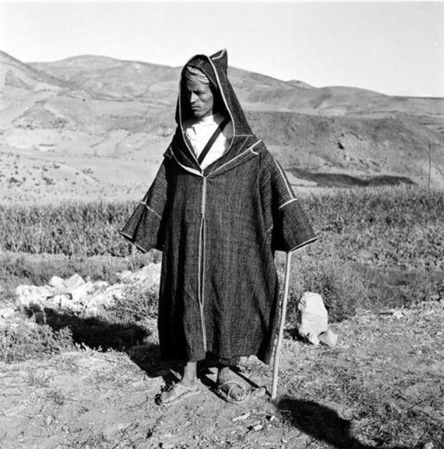 Rif-Chefchaouen/ Dans le monde rural, la djellaba est également portée avec quelques variantes dans la coupe. Ici il s' agit de la djellaba telle qu' elle est taillée dans le Rif et le sud du Rif