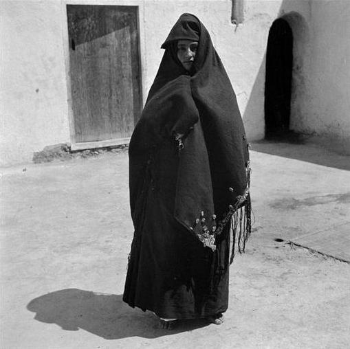 Tiznit/ Femme en drapé traditionnel des jours chauds, l'addal de Khount bleu brodé sur le bord.