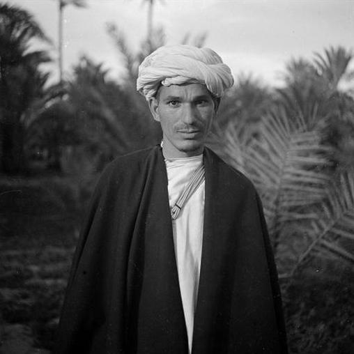 Zagora: Homme des Aït Isfoul de la vallée du Draa vêtu du khaïdous foncé et du turban blanc, rezza.
