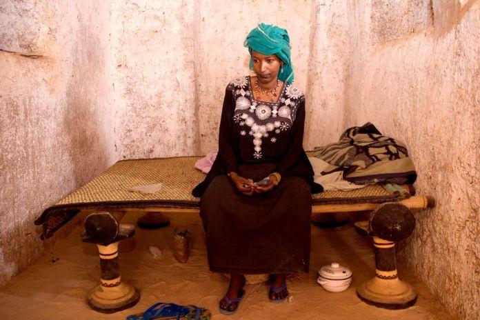 NIGER. Tajae. Khadijatou, Tuareg wife of the ex-chief of Tajae in the Tuareg palace. The family are closely associated with slave trading. 2005.