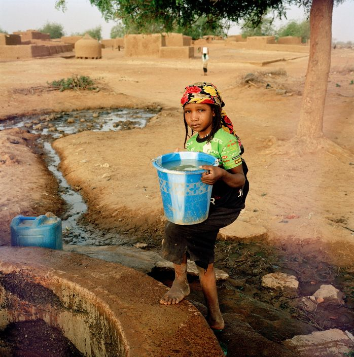 NIGER. Tajae. Slave girl collecting water. 2005.