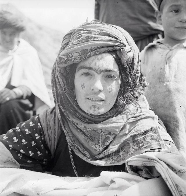 Femme-portant-un-tatouage-sur-le-front-et-du-henné-sur-les-sourcils-oued-Taga-population-Ouled-Abdi-août-1937-©-Thérèse-Rivière